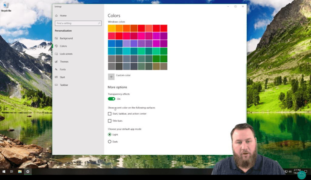 HelpCloud YouTuber on the screen with the color personalization menu in Windows 10